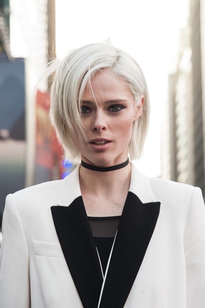blonder bob, elegante junge frau mit platinum blonden haaren, schwarz weißes outfit unf choker