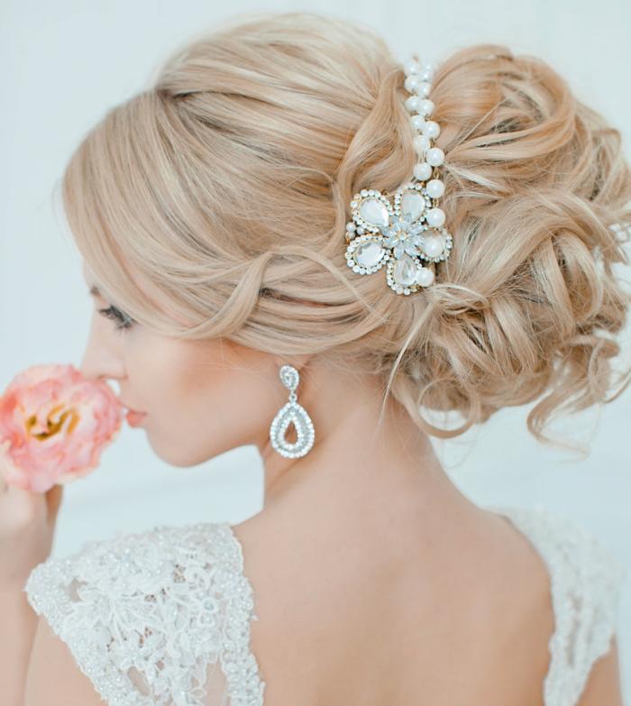 frisuren für hochzeit, blonde haare, großer dutt mit locken, kopfschmuck mit perlen, braut