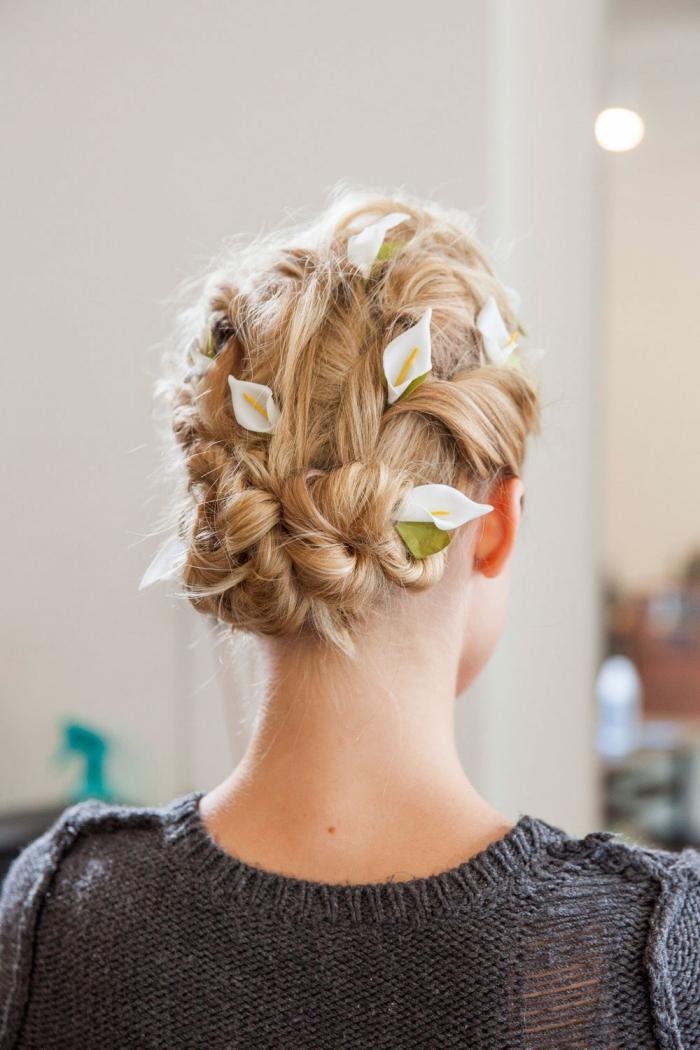 frisuren für hochzeit im boho stil, blonde haare, kleine weiße blüten, flechfrisur anleitung