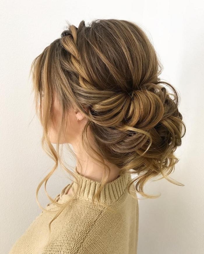 frisuren für hochzeit im boho stil, großer lockerer dutt, geflochtene haare, honigfarbene strähnen