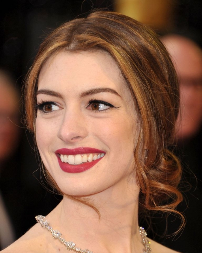 make up mit rotem lippenstift, frisuren für lange haare, abschlussball frisur, karamellfarbene strähnen