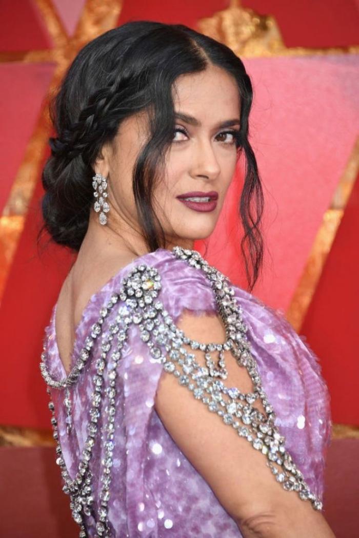 lala abendkleid mit kristallen, frisur im boho stil, frisuren für lange haare, salma hayek,
