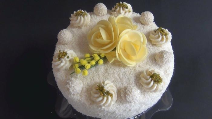 kleine weiße Torte mit gelben Blumen aus Zucker dekoriert, Torte selber machen