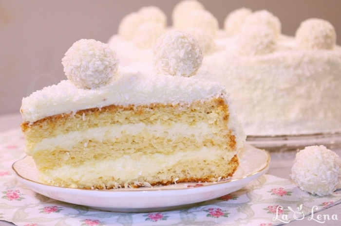 Raffaello selber machen, Zitronenböden und weiße Creme, ein Stück Kuchen mit Raffaello Dekoration