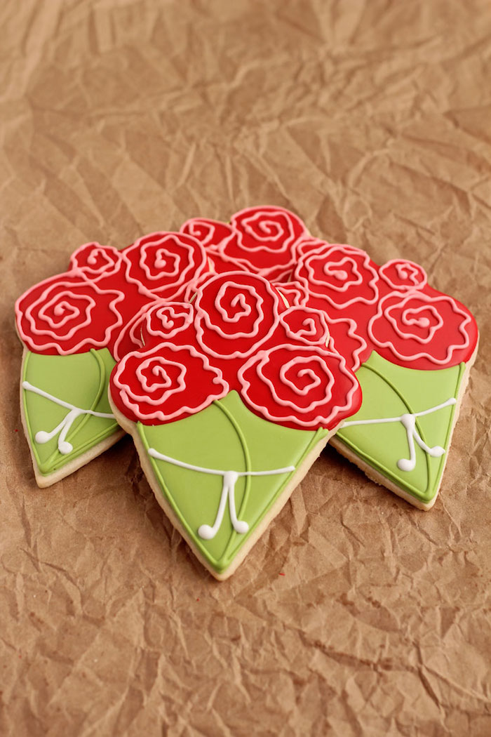 Plätzchen mit Zuckerguss dekorieren, ausgefallene Idee für Muttertagsgeschenk, Plätzchen als Blumensträuße