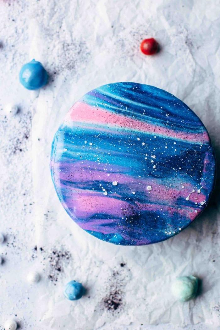glasur selber machen, galaxy torte selber machen, zuckerglasur in blau, rosa und weiß