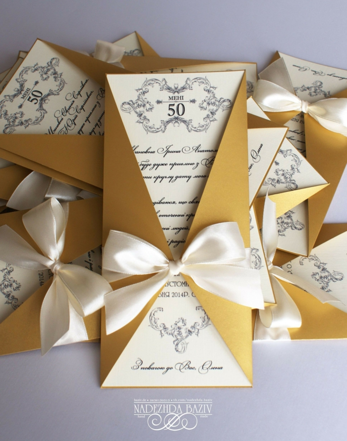 goldene Farbe von Einladung zum 50 Geburtstag, mit einer weißen Schleife, Einladungskarten basteln