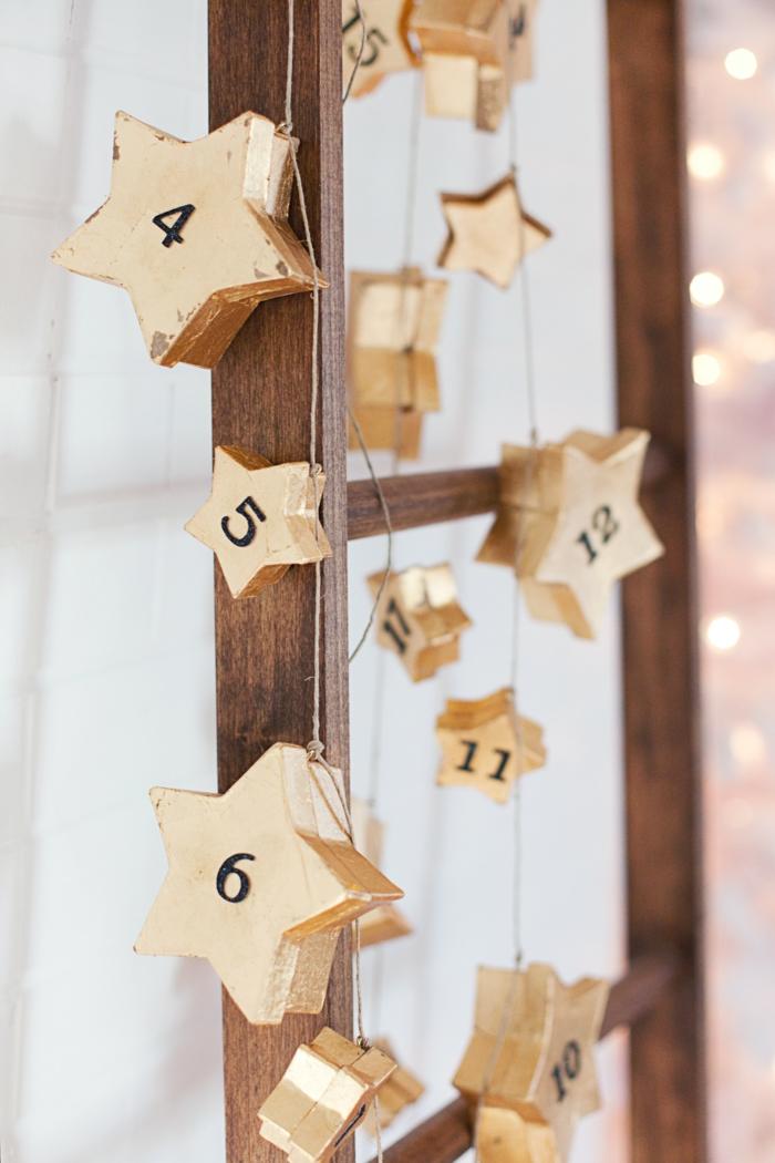 Adventskalender selber machen, die Sternen Schachtel mit Nummern hängen von einem Leiter