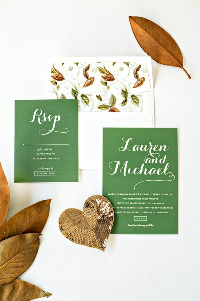 grüne Karten mit weißer Aufschrift in einem Briefumschlag mit Laub dekorieren, Einladungskarten erstellen