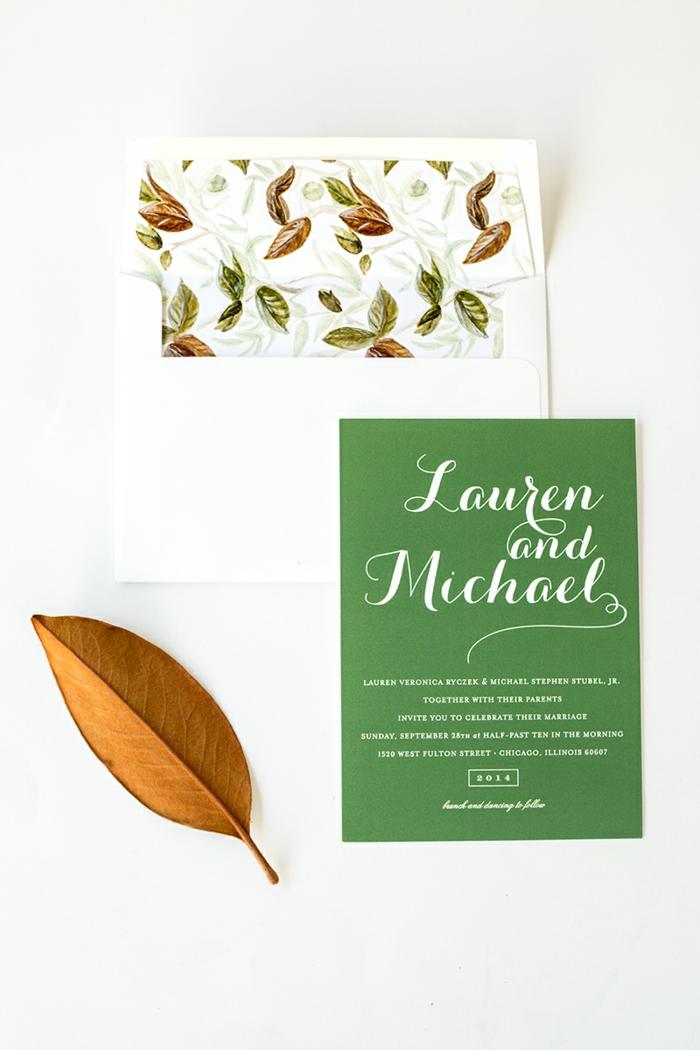 Einladungskarten gestalten in Weiß und Grün, bunter Briefumschlag für eine Hochzeit im Herbst