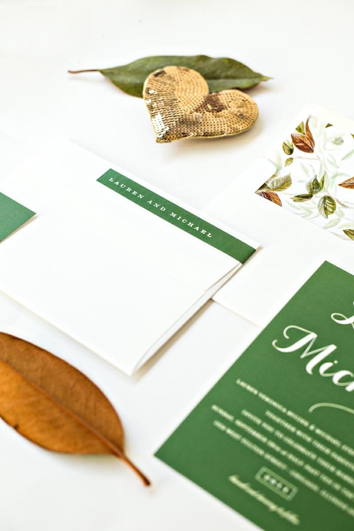 grüne und weiße Einladungskarten gestalten, mit herbstlichen Motiven wie Laub, ein gelbes Blatt stecken