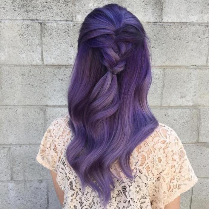 blau lila haare, langes haar und frisuren für den alltag, zopf frisur idee für damen, bluse aus spitze