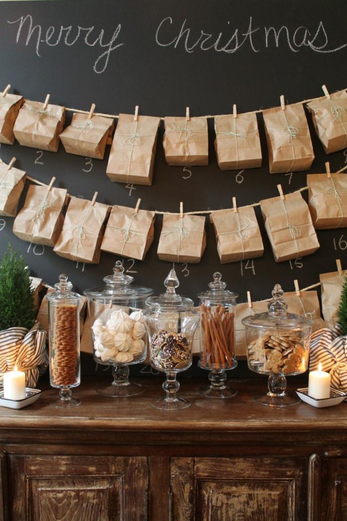 kleine Tüten in brauner Farbe, Tüten voller Süßigkeiten, Advenzskalender befüllen, an der Tafel hängen