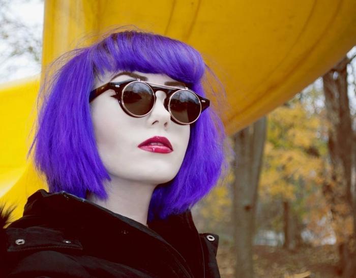 lila haarfarbe dauerhaft, blau lila farbe an den haaren, hipster lifestyle und look, runde brille,, jacke