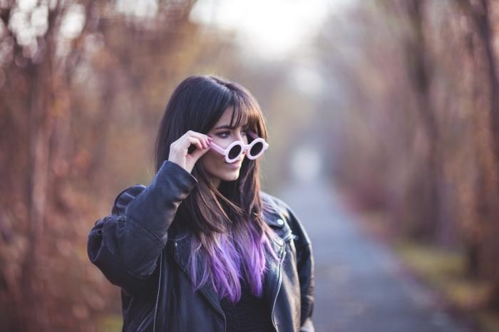 haarfarbe violett an den spitzen, ombre lila bei natürlich braunem haar, runde brille
