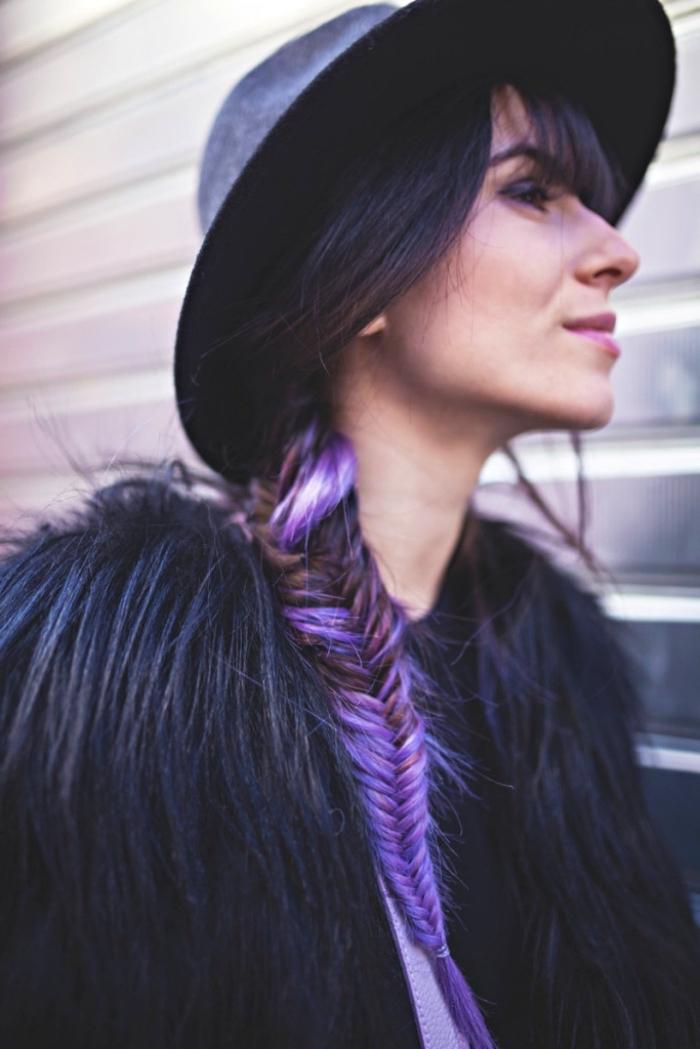 haarfarbe violett mit pflaumen nuancen, lila rot und blond an dunkelbraunem haar, zopf knoten