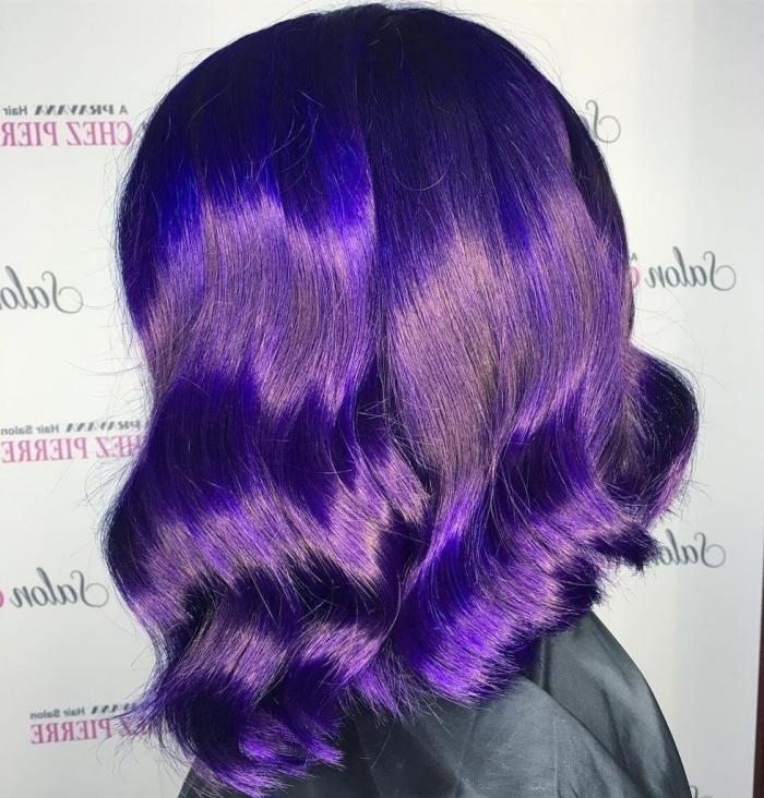 blaue haar mit lila schattierung an den spitzen, mittellange bobfrisur mit wellen