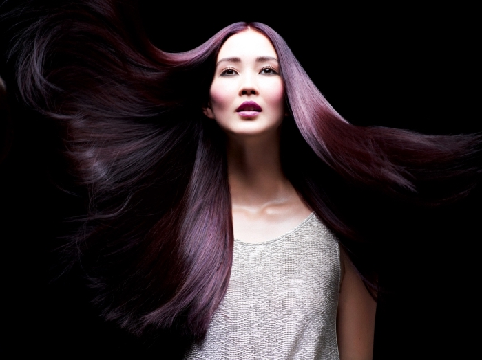 dunkel lila haare in pflaumenfarbe, langes glattes haar, eine model bereit zu fotosession