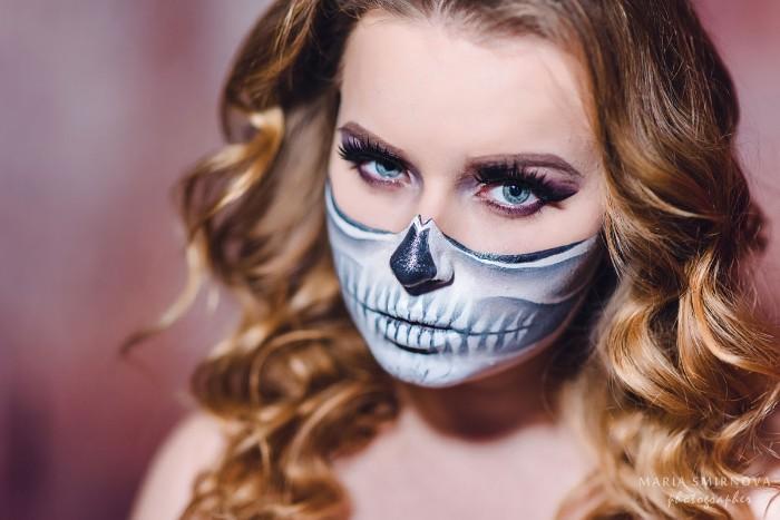 schminktipps wie man eine maske auf das gesicht malen kann, totenkopf maske, blonde haare, wellenförmige frisur