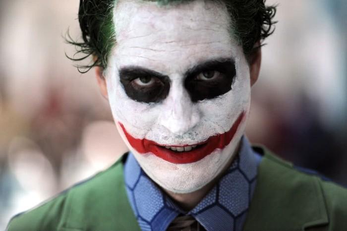 halloween kostüm männer, clown, schreckliches gesicht durch makeup schminken