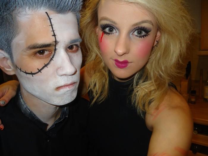halloween makeup einfach paare sich zusammen zum fest vorbereiten, weißes gesicht, eine puppe