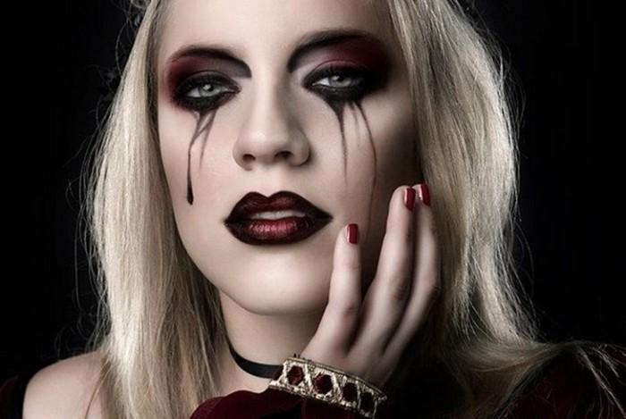 halloween kostüm selber machen, eine frau mit blonden haaren, schwarzer lippenstift, schwarze tränen