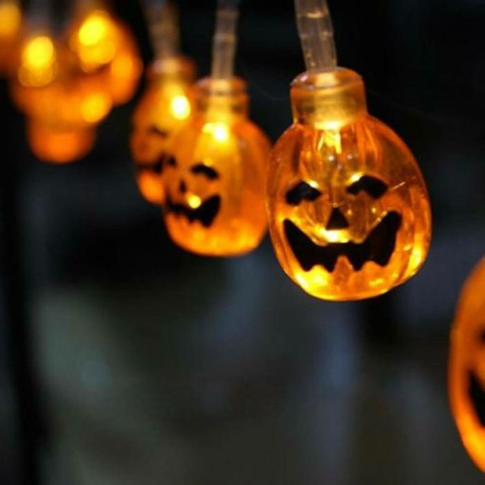 eine Lichterkette mit gruselige Kürbisgesichter, Kinderlaterne basteln zu Halloween
