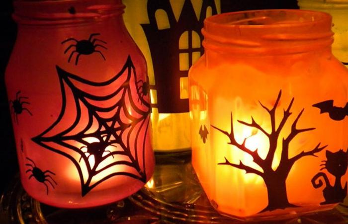 zwei Laterne mit Lampen, Kinderlaterne basteln, gruselige Laterne mit Spinnennetze und Bäume