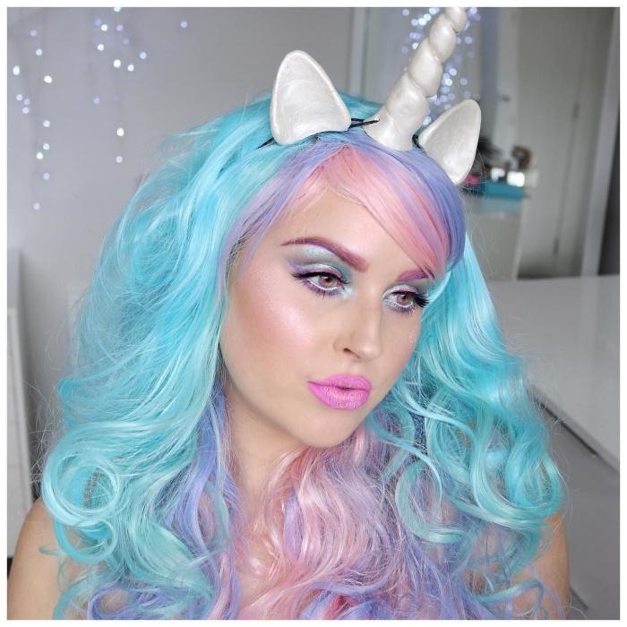 halloween make up einfach, lockige haare in pastellfarben, unicorn schminke in rosa und blau