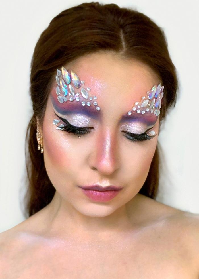 halloween schminke selber machen, große steine, make up mit glitzer und steinen, schminktipps