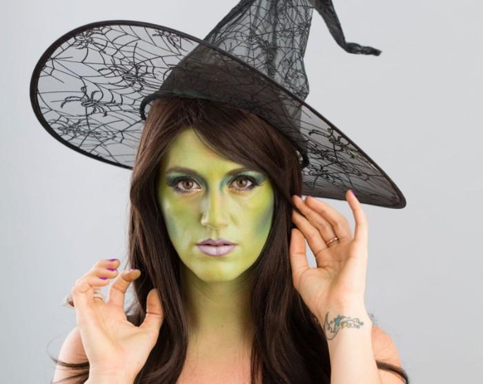 halloween schminken kinder, hexe miene schminkideen, grünes gesicht selber gestalten hautfarbe, großer hut