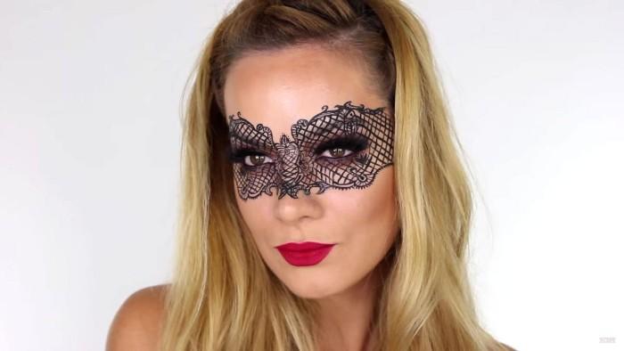 teufel schminken, mit lidstrich die maske von einer frau malen, schmetterling effekt aber gruselig, rote lippen