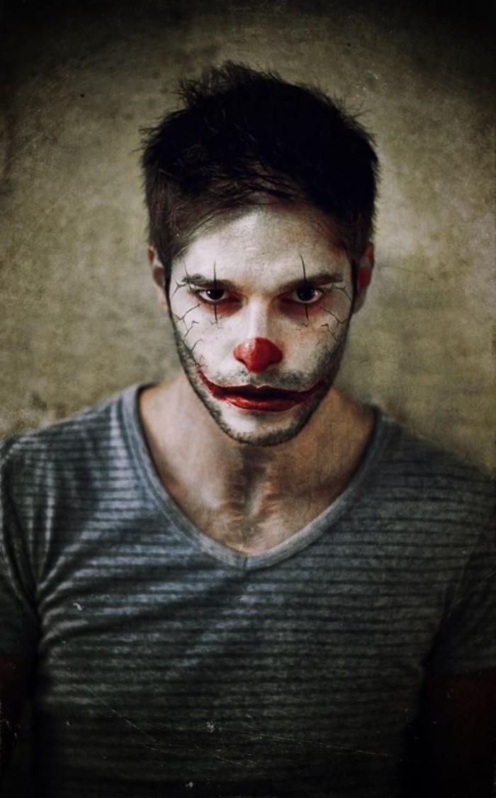 karneval schminke für männer, ein mann mit tshirt und clown gesicht, rote nase und lippen