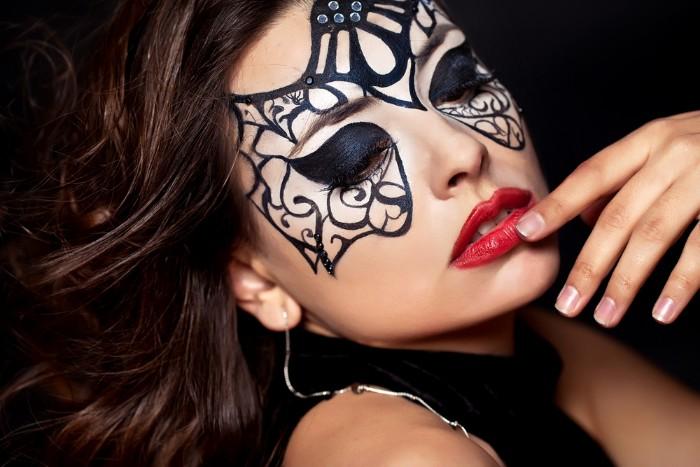 schminken halloween ideen für frauen kostüme nur durch schminke, fatale frau schminke, maske mit lidstrich malen, rote lippen, kleines schwarzes kleid