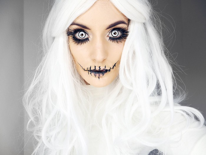 halloween verkleidung alles in weiß, schwarze schminke an den augen, puppe oder zombie