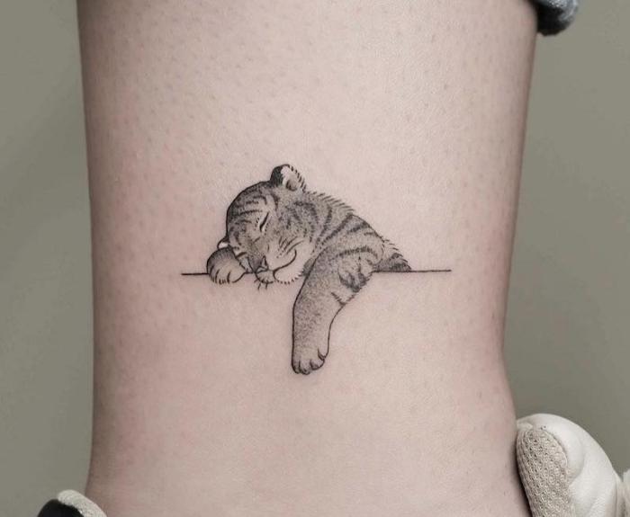 tattoo unterarm frau, schlafender tiger, der kleine bestie die aufgewacht werden soll
