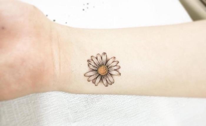 tattoo unterarm frau, eine weiße blume mit gelbem inneren, blumentattoo, bedeutung
