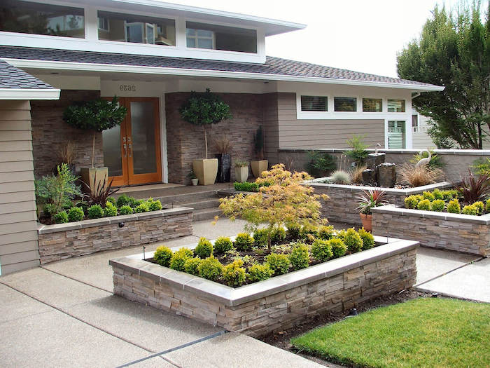 hochbeete mit grünen pflanzen und ein baum für vorgarten, blumentöpfe und pflanzkübel mit bäumen im vorgarten