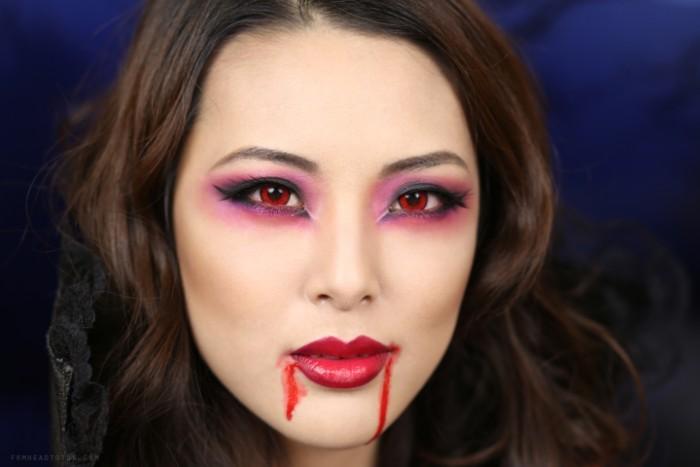 haloween verkleidung, vampir frau, rote lippen und blut am gesicht schminken, rote augen