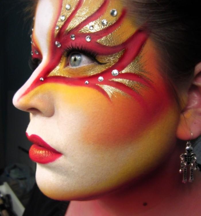 einfache halloween kostüme und schminkideen, rote schminke am gesicht, rote lippen, goldene deko ideen, blaue augen