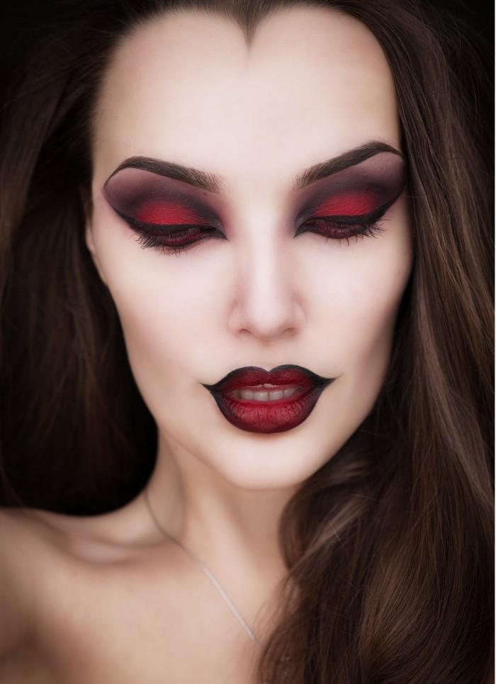 einfache halloween kostüme, eine schminkanleitung, die für hexe und vampir gleichzeitig passe, lippen und augen in schwarz und rot geschminkt