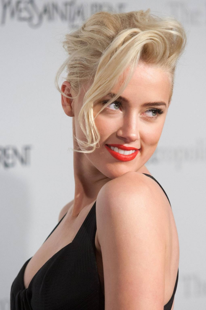 hochsteckfrisuren kurze haare, haarfarbe platinblond, schwarzes abendkleid, make up mit rotem lippenstift