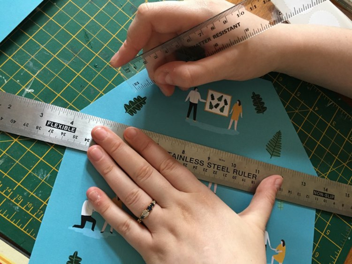 ein blauer Briefumschlag, eine Linie, damit es richtig gefaltet wird, Einladungskarten selber machen