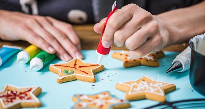Sterne Plätzchen mit Glasur dekorieren, Kekse backen und verzieren mit Kindern zu Weihnachten
