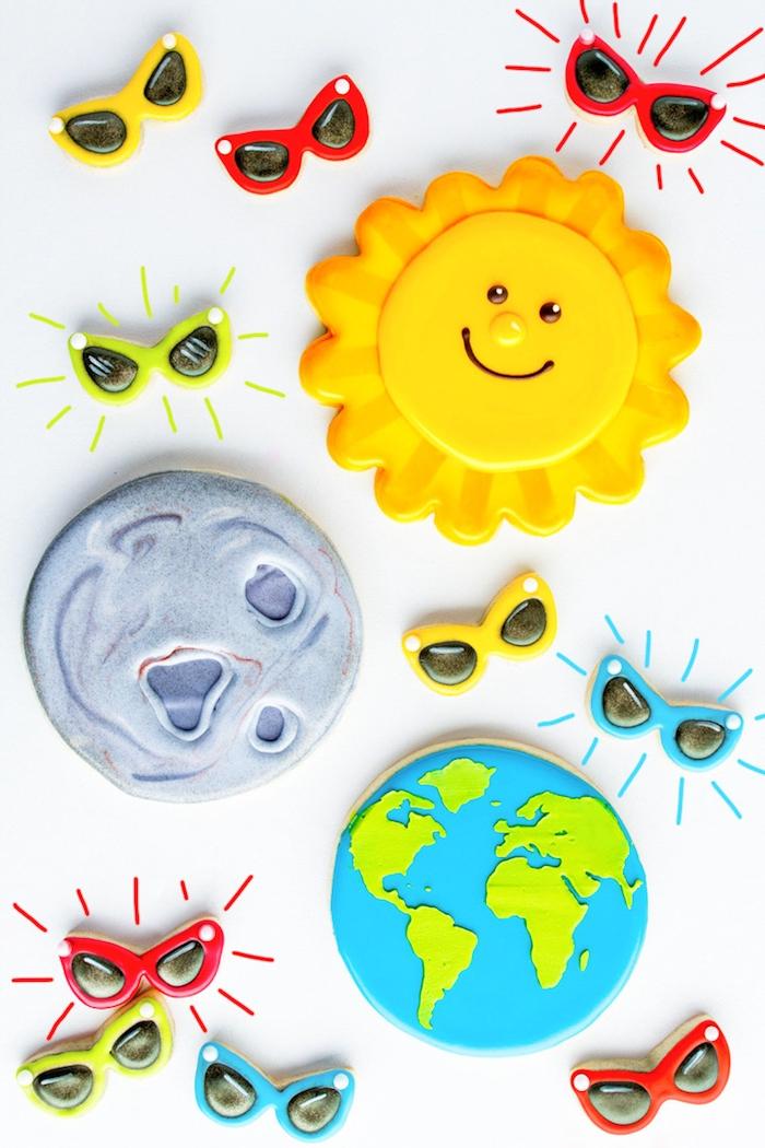 Süße Plätzchen als Sonne, Mond und die Erde, Kekse backen und verzieren für Kinderparty