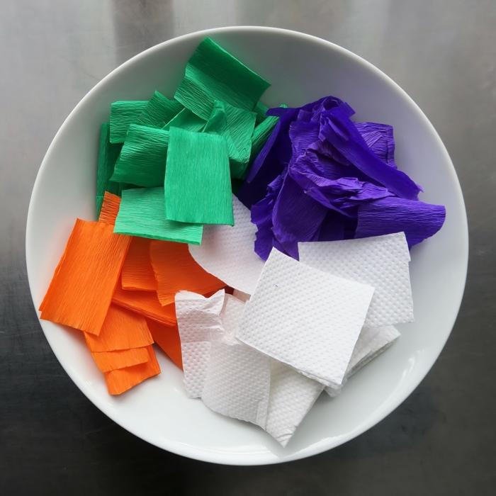 buntes Kreppapier und Stücke aus Küchentücher, fertig zum Basteln für Laterne für Kinder