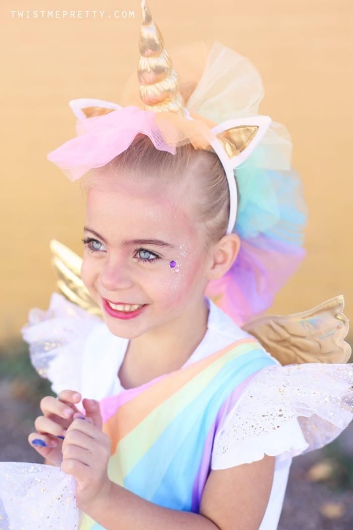 kinderschminken einhorn, kleines mädchen, halloween kostüm in den regenbogen farben