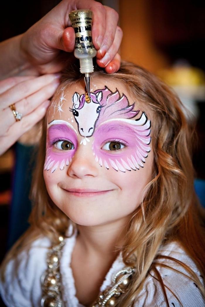 kinderschminken einhorn, kleines mädchen, unicorn am gesicht zeichnen, halloween make up