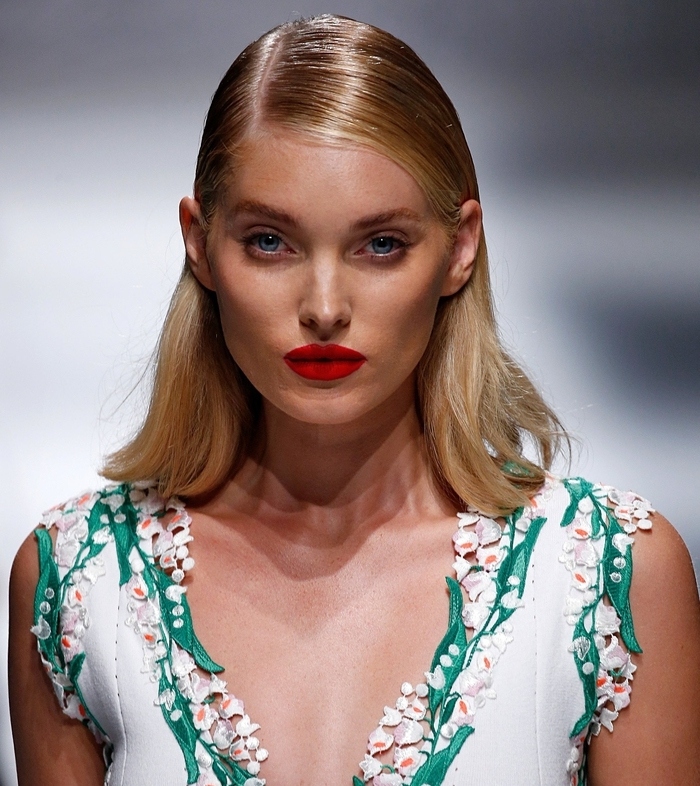 damen frisuren, mittellange bob haare, blondierte frisur, volle rote lippen, große blaue augen