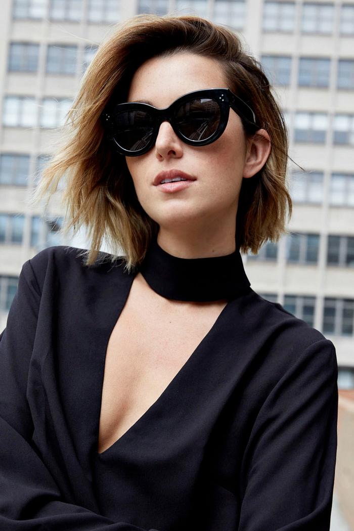 kurzhaar bob, wellenformig gestalten, schwarze bluse, große decollete, schwarze brille
